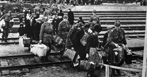 Svenska soldater hjälper finska flyktingar med deras tillhörigheter vid ankomsten till Haparanda i September 1944. Bild: Prb/TT