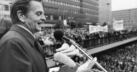 Palme skulle vända sig i sin grav om han såg vad som tillåts finnas kvar i Sverige när det gäller privatägd vård, skola och omsorg, skriver Pär Träff. Bild: Svenskt pressfoto/TT