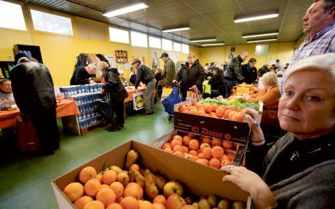 Franska matbanker är mycket nöjda med den nya lagen, då den kan innebära att både de och andra välgörenhetsorganisationer får mer mat att distribuera. Bild: Michel Spingler/AP/TT