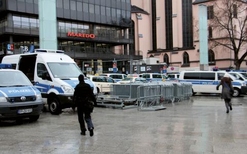 Redan under gårdagen började polisen i Köln montera upp kravallstängsel på torget mellan Kölnerdomen, stadens stora turistattraktion, och centralstationen, där övergreppen skedde. Bild: Dag Ankersen