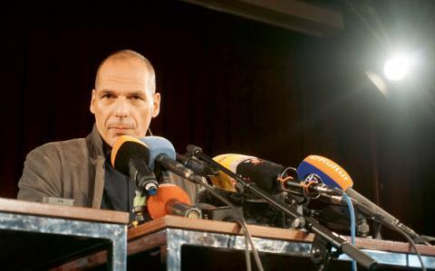 Dussintals politiker, främst från vänster- och gröna partier, fanns på plats när Greklands tidigare finansminister Yanis Varoufakis framförde sitt manifest på tisdagskvällen i Berlin. Bild: Alexandra Eriksson