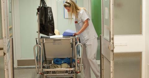 """""""Varför ska en undersköterska gå med på en lön på runt 14000 kronor i månaden?"""", undrar Pär Träff. Bild: Leif R Jansson/TT"""