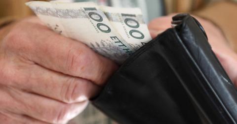"""""""När det blir svårare och dyrare att använda kontanter drabbas framför allt äldre människor, personer med funktionsnedsättningar, föreningslivet, småföretagare och personer bosatta på landsbygden"""", skriver debattörerna från PRO.  Bild: Fredrik Sandberg/TT"""