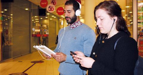 Omar Mahram och Elsa Nilsson lyssnar koncentrerat på poesiuppläsningarna. Bland uppläsarna finns skådespelare från Östgötateatern.   Bild: Anna Mi Skoog