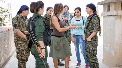 Att EU, USA, Ryssland och FN hyllar Rojavas kamp mot Daesh samtidigt som de avfärdar deras styre i övrigt visar att militarismen är ett maktmedel väst förstår, skriver debattörerna. Bild: Ernie Buts