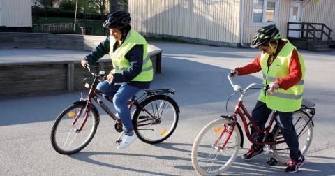 Maria Corunado från Guatemala och Adele Huwaida al-Abd från Libanon är två av deltagarna som varit med på cykelkursen i Hageby och som nu börjar få snits på tekniken.  Bild: Anna Mi Skoog