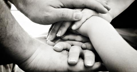"""""""Vi accepterar inte att några står över andra, i stället ställer vi upp för varandra. Det är solidaritet. Det är det första maj handlar om"""", skriver debattörerna.  Bild: RebeccaVC1/Flickr"""