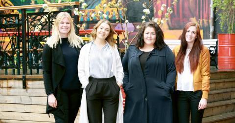 Johanna Lokgård, Beatrice Schönmeier, Emma Rangdal och Amanda Samuelsson är de modeintresserade studenter som ligger bakom hållbarhetsfestivalen. Bild: Eva Bergstedt