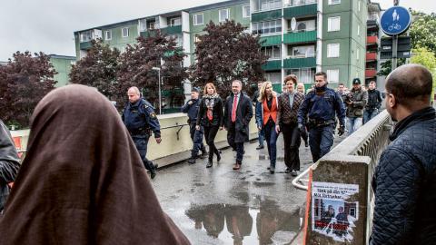 Allianspartiledarna följdes av ett stort medieuppbåd under promenaden i Husby.  Bild: Lars Pehrson/SvD/TT