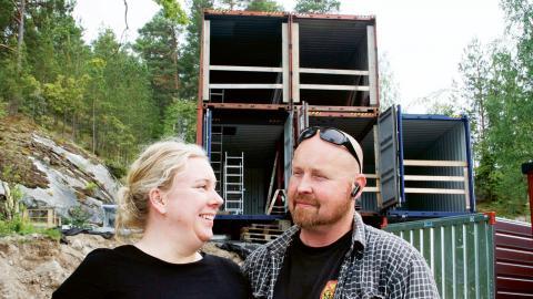 Just nu bor Linda Ulfsdotter och Thomas Jacobsson med sina tre barn i en byggbod på 20 kvadratmeter. Alldeles intill växer deras åtta gånger så stora blivande hem fram –  container för container. Bild: Karin Holmberg