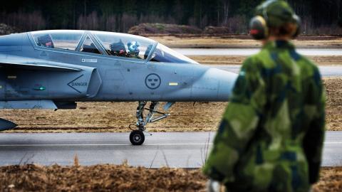 """""""Vi bjuder in världen starkaste militära allians att rikta sina vapen mot Ryssland från vår mark. Vad kommer det få för konsekvenser för vår säkerhet?"""", skriver debattörerna. Bild: Lars Pehrson/SvD/TT"""