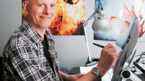 Ett manus, en rejäl bildskärm och Photoshop. Sedan är Niklas igång. Bild: Titti Knutsson