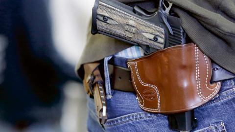 På många platser i USA är det lätt att köpa ett vapen. Det existerar ingen federal lagstiftning utan det är delstaterna själva som bestämmer om det ska finnas några regler.  Bild: LM Otero/AP