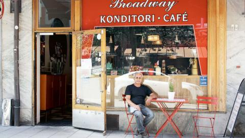 """""""Jag tycker att det räcker att mina anställda är försäkrade hos Fora-försäkringar och dessutom genom min egen försäkring"""", säger Sami Yavsan, ägare till Café Broadway. Han funderar ändå på att skaffa kollektivavtal. Bild: Anna Mi Skoog"""