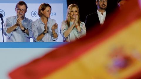 Partido Populars ledare Mariano Rajoy, till vänster, jublar tillsammans med partikamrater efter valresultatet. Bild: Paul White/AP