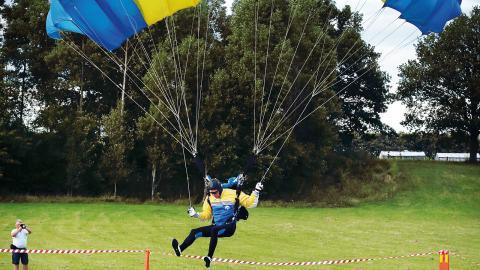 Efter att ha hoppat ur ett plan på  1 000 meters höjd landade Magnus Falk från Gävle fallskärmsklubb på mätplattan med perfekt precision. Bild: Magnus Andersson/magnusmedia.nu