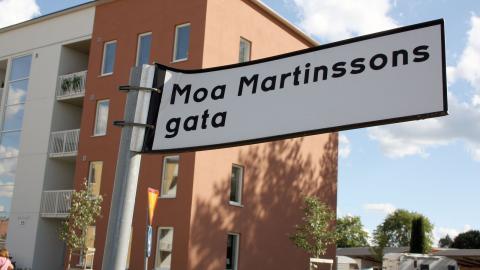 Norrköpingsförfattaren Moa Martinsson har både fått ge namn åt en gata och ett torg i Norrköping. Liksom många andra gator med kvinnonamn ligger hennes gata utanför centrum.  Bild: Anna Mi Skoog