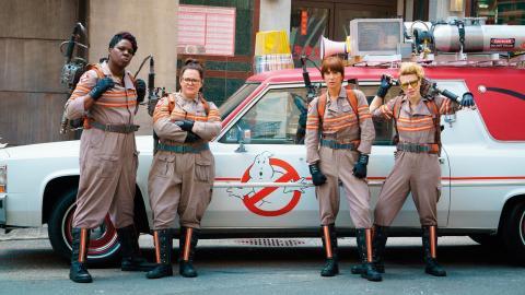 Från vänster: Leslie Jones, Melissa Mc-Carthy, Kristen Wiig och Kate McKinnon är skådespelarna och komikerna som i rollerna som spökjägare ska göra New York City säker igen. Bild: ghostbusters.com