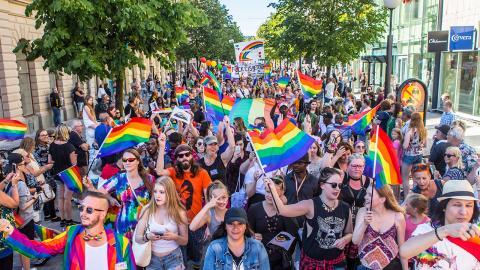 Årets Pridefestival samlade rekordmånga deltagare, men en läsare tycker inte att ordet flams är en bra beskrivning på evenemanget. Foto: Svanthe Harström