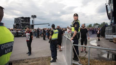 Poliser under en spelning på årets Bråvallafestival utanför Norrköping.  Bild: Izabelle Nordfjell/TT