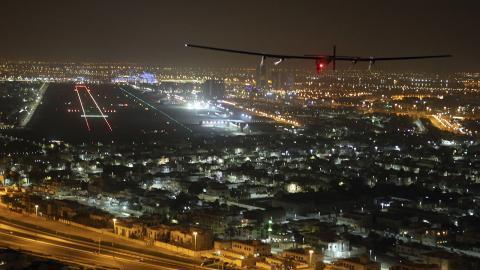 Solar Impulse 2 ovanför Al Bateen-flygplatsen i Abu Dhabi. Bild: Adam Schreck/AP