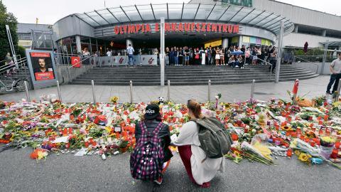 Nio personer sköts ihjäl utanför ett köpcenter i München av en 18-årig tysk-iransk man. Bild: Peter Kneffel/AP/TT