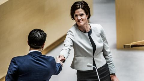 Moderatledaren Anna Kinberg Batra skakar hand med SD-ledaren Jimmie Åkesson under årets första partiledardebatt i riksdagen. Bild: Lars Pehrson/SvD/TT