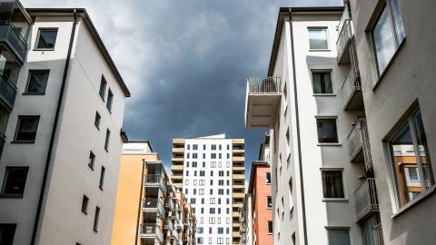 Nybyggda hus i Hornsberg, Stockholm. Många som hyr ut bostäder kräver att hyresgästen har en inkomst som är lika stor som tre eller fyra gånger hyran. Bild: Tomas Oneborg/SvD/TT