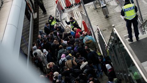 Polis övervakar kön av ankommande flyktingar i snålblåsten vid Hyllie station utanför Malmö i november 2015. Bild: Johan Nilsson/TT