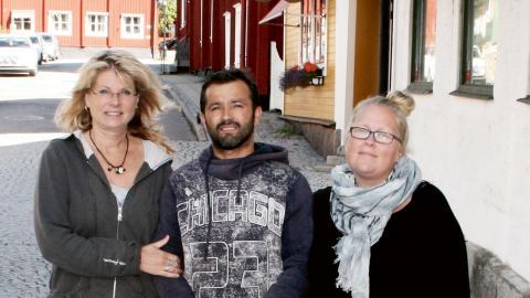 """""""Vi svenskar tycker att tiggeriet är så förnedrande. Romerna förstår vad vi menar, men de har inget annat val. Vi skulle ha gjort samma sak, om vi var i deras situation"""", säger Anna Löfving, här tillsammans med Marian Gaman och Marie Frej. Bild: Jörgen Lund"""