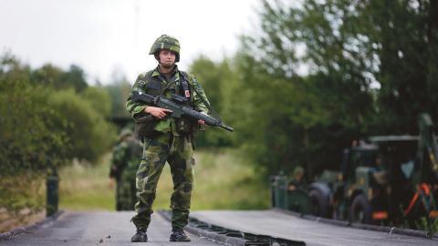 Bilden kommer ifrån en arméövning förra året i området runt Vättern. Efter ett beslut från länsstyrelsen kan Försvarsmakten utöka sina aktiviteter i området.  Bild: Stefan Jerrevång/TT