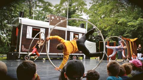 Samtliga Östgötakommuner får besök av Östgötateaterns cirkusturné. Den 20 augusti och 24 september är det Norrköpings tur.  Bild: Östgötateatern