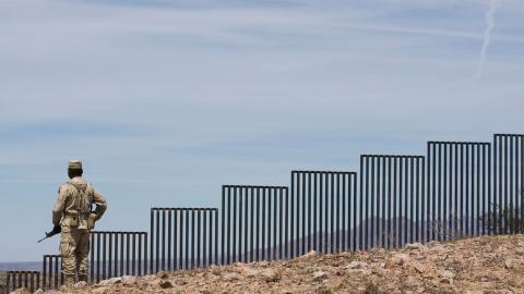 En mexikansk soldat patrullerar gränsen till USA. Bild: Guillermo Arias/TT