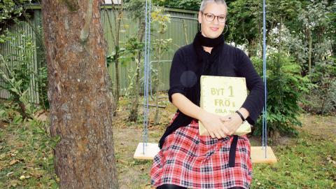 """Eva Cederwall, konstnär och nybliven stadsodlare, kom på idén att skapa ett fröbibliotek invid odlingarna på Bråboplan. """"Man får ta ett frö och lämna ett annat"""", förklarar hon.  Bild: Anna Mi Skoog"""