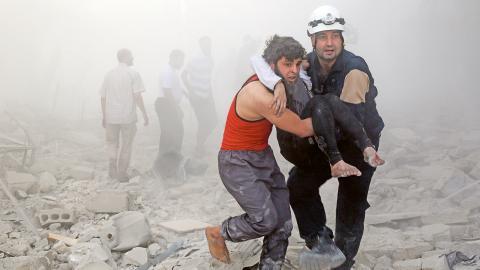Räddningsarbete pågår efter en flygbombning i det rebellkontrollerade området Tariq al-Bab i den syriska staden Aleppo. Bild: Khaled Khatib / TT