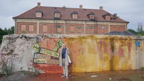 Man måste börja någonstans. Maria Ström från Wargön Innovation instämmer i graffitin på de gamla resterna av det som en gång var en av norra Europas största skogsindustrier.