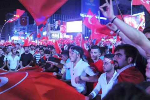 """Även turkiska nationalistgrupper har slutit upp i stöd till Erdoğan. Männen på bilden gör """"vargtecknet"""" som förknippas med Grå vargarna och det högerextrema MHP. Bild: Marcus Whisson"""