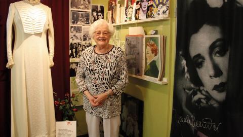Brigitte Pettersson fick 25 år med sin stora idol Zarah Leander och blev hennes vän och förtrogna. Hennes egen samling om stjärnan har blivit till ett museum, där Brigitte berättar sin fantastiska historia för besökare från när och fjärran.  Bild: Anna Mi Skoog