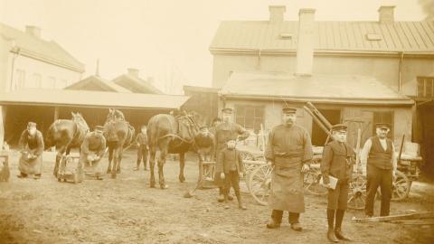 V. A. Larssons hovslageri, Norrköping. Datering: 1905.   Fotograf: Okänd. Bilden kommer från Stiftelsen Gammalt Hantverk och publiceras med tillåtelse av Norrköpings stadsarkiv.