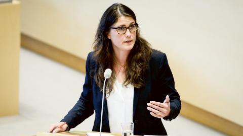 Miljöpartiets ekonomiske talesperson Janine Alm Ericson debatterar om budgetpropositionen i riksdagen i Stockholm. Bild: Henrik Montgomery/TT