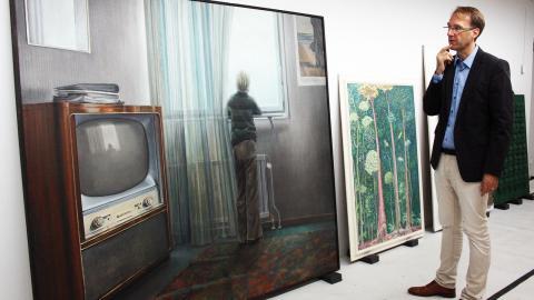 """Ett verk av Peter Tillberg från 70-talet ingår i den stora donationen. """"Det känns som           ett verk som kan förändra synen på hans konstnärskap, säger Martin Sundberg, intendent. Bild: Anna Mi Skoog"""