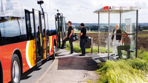 Östgötatrafikens beslut  att lägga ned 28 buss- linjer och minska turerna på 16 har fått stark kritik.   Bild: Niclas Albinsson