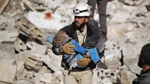 """""""Deras vita hjälmar har blivit symboler för människor långt utanför Syriens gränser och som en del av Syriens civilförsvar symboliserar de mänskligt hopp i en öken av tröstlöshet."""" Bild: Netflix"""