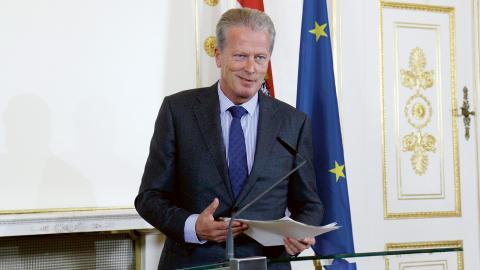 """Österrikes ekonomiminister Reinhold Mitterlehner är oroad över motståndet mot TTIP. Därför vill han byta namn på avtalet. """"TTIP har kommit att bli en metafor för inflytande från stora företag"""", säger han.  Bild: Ronald Zak/AP"""