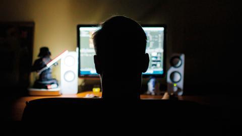 """""""Regeringen har satt målet att 90 procent av hushållen ska ha tillgång till bredband. Att Telia släcker ner sitt kopparnät utan att det finns ett fullgott alternativ pekar tyvärr åt det andra hållet"""", skriver Ulf Hilding."""