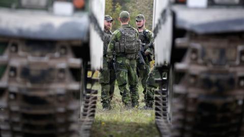"""""""En trovärdig, alliansfri linje förankrad i en stark, folklig försvarsförmåga skapar förutsättningar för trygghet nationellt och i omvärlden"""", skriver debattörerna. Bild: Sören Andersson/TT"""