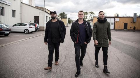 Pablo, Tobias och Victor utanför studion i ett av Norrköpings industrikvarter. De fick en gång frågan vad de siktar på, och svaret blev att de vill vara med i Så ska det låta.