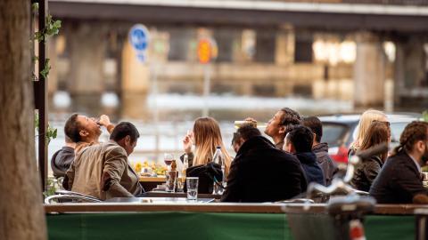 """""""En stor del av Medborgarplatsens öppna yta består i dag av staketomgärdade zoner där ett generellt undantagstillstånd från alkoholförbudet råder"""", skriver Staffan Lundgren. Bild: Marcus Ericsson/TT"""