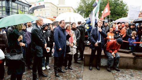 Statsminister Stefan Löfven (S) på Medborgarplatsen i Stockholm talade under en manifestation till stöd för flyktingar under parollen Refugees Welcome på Medborgarplatsen i Stockholm. Bild: Maja Suslin/TT