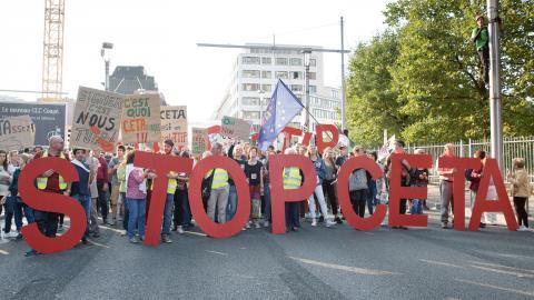 Demonstranter i Bryssel protesterar mot Ceta i september 2016. Bild: Virginia Mayo/TT